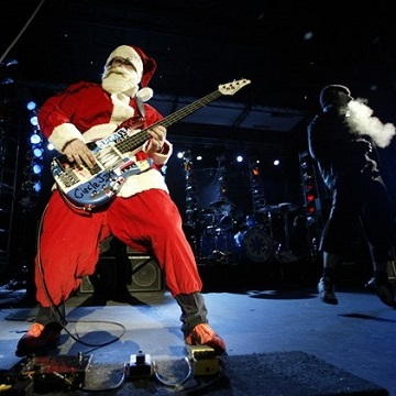 PARK CITY, UT - DECEMBER 20:  The Red Hot Chilli Peppers perform before the superpipe finals of the Chevy Truck U.S. Snowboard Grand Prix on December 20, 2002 in Park City, Utah. (Photo by Jed Jacobsohn/Getty Images)